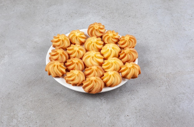 Zelfgemaakte koekjes op een bord op marmeren achtergrond. Gratis Foto