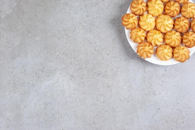Zelfgemaakte koekjes op een plaat op marmeren achtergrond. hoge kwaliteit foto