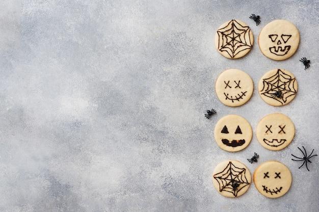 Zelfgemaakte koekjes voor halloween, koekjes met grappige gezichten en spinnenwebben