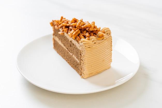 Zelfgemaakte koffie amandelen cake op witte plaat