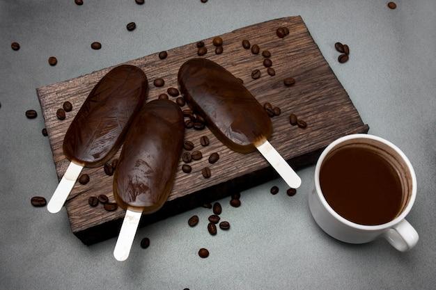 Zelfgemaakte koffie chocolade-ijs op een donkere achtergrond, zomer koud dessert