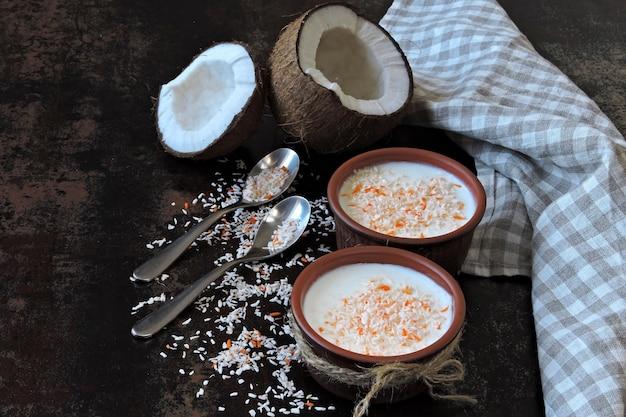 Zelfgemaakte kokosyoghurt. probiotica. keto ontbijt. keto-dieet.