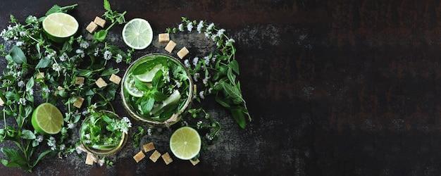 Zelfgemaakte koude mojito. bladeren van munt, limoen, bruine suiker