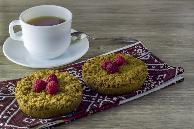 Zelfgemaakte kruimelige zandkoek met een kopje thee.