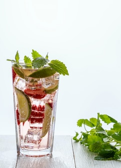 Zelfgemaakte limonade met aardbeien, limoen en munt