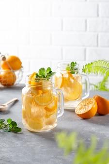Zelfgemaakte limonade met citroen en munt in pot op tafel. verfrissend zomerdrankje