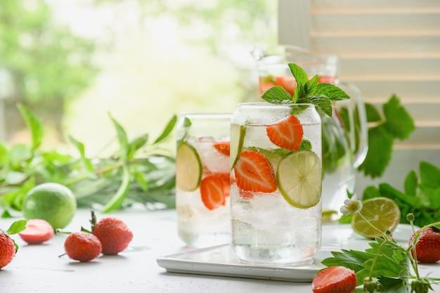 Zelfgemaakte limonade met frisdrank, aardbeien en limoen.