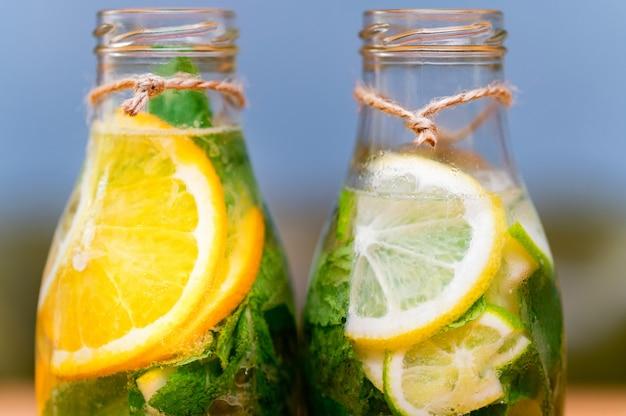 Zelfgemaakte limonade met fruit en munt. detailopname