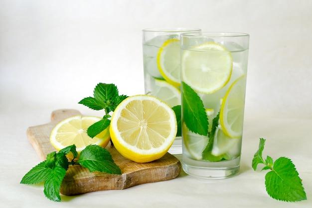 Zelfgemaakte limonade met munt, citroen en ijs