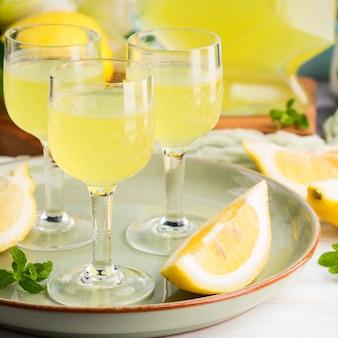 Zelfgemaakte limoncello in glazen met steel