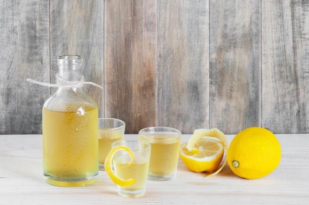 Zelfgemaakte limonchello op de houten tafel