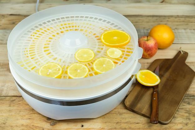 Zelfgemaakte machine om voedsel met stukjes sinaasappel te drogen.