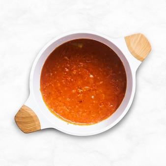 Zelfgemaakte marinara pastasaus in een witte kom