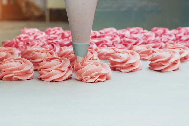 Zelfgemaakte marshmallows roze op een witte perkament