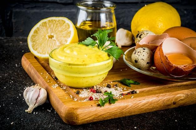 Zelfgemaakte mayonaise met ingrediënten
