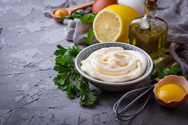 Zelfgemaakte mayonaisesaus en olijfolie, eieren, mosterd, citroen. selectieve aandacht