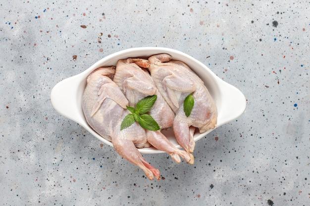 Zelfgemaakte milieuvriendelijke rauwe kwartels klaar om te koken.