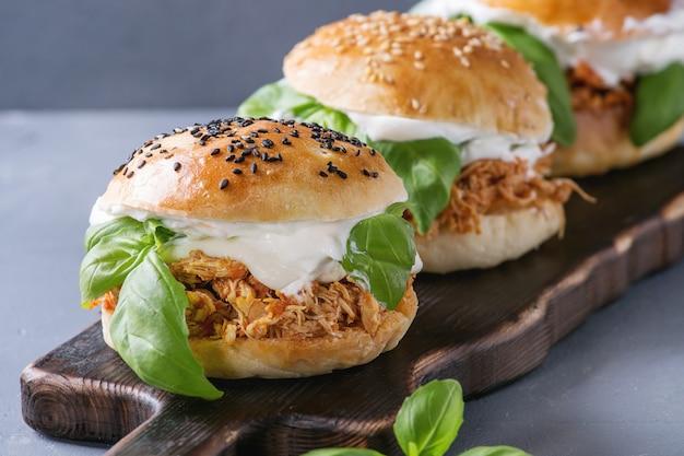 Zelfgemaakte miniburgers met getrokken kip