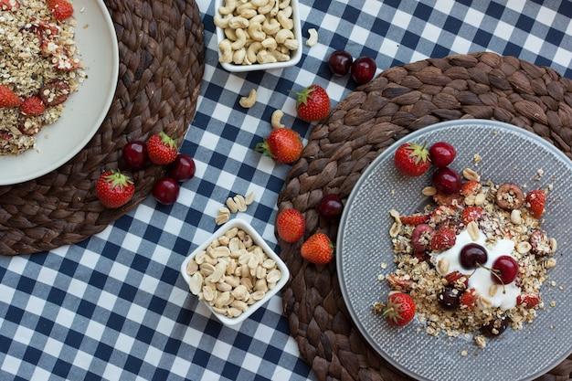 Zelfgemaakte muesli met kersen en yoghurt