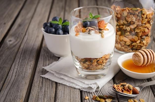 Zelfgemaakte muesli met yoghurt en verse bosbessen