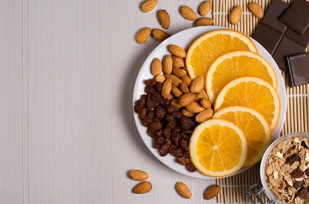 Zelfgemaakte muesli, noten, chocolade op een witte