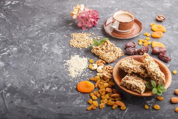 Zelfgemaakte muesli van havervlokken, dadels, gedroogde abrikozen, rozijnen, noten met een kopje koffie. zijaanzicht