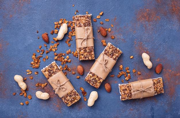 Zelfgemaakte mueslirepen met noten.