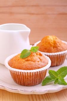 Zelfgemaakte muffins ingericht munt met kopje thee