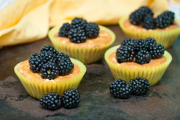 Zelfgemaakte muffins met bramen
