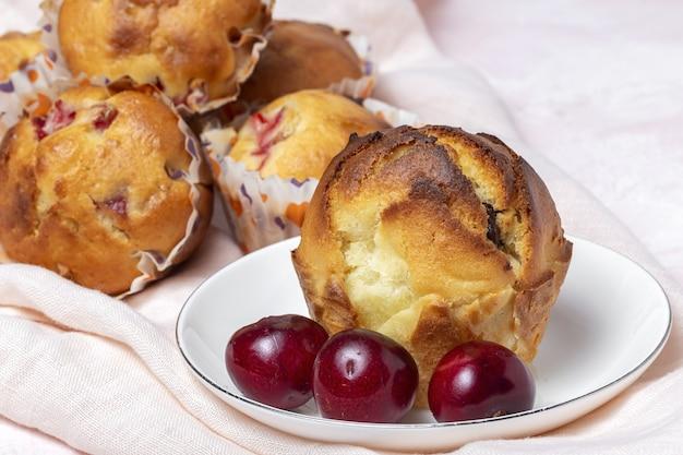Zelfgemaakte muffins met rode bessen en kersen