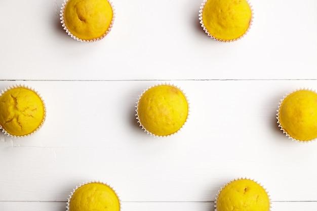 Zelfgemaakte muffins op witte houten tafel