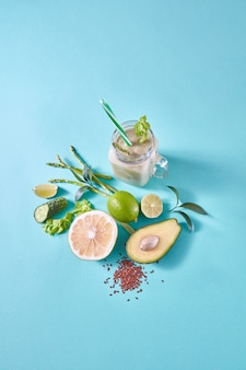 Zelfgemaakte natuurlijke biologische cocktail, gemaakt met groen fruit, groenten en lijnzaad