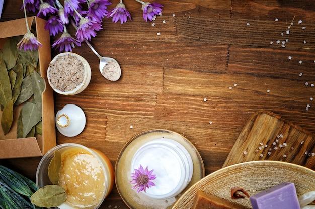 Zelfgemaakte natuurlijke cosmetica achtergrond, fruit en lavendel handgemaakte ambachtelijke zeep met honing en zout