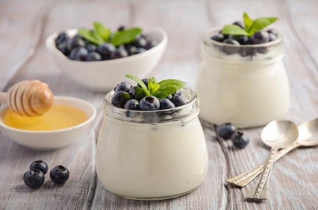 Zelfgemaakte natuurlijke yoghurt met bosbessen en munt.