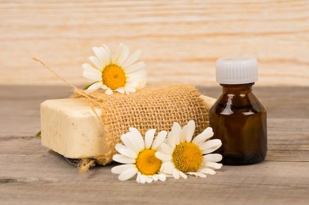 Zelfgemaakte natuurlijke zeep en biologische olie met kamille bloemen