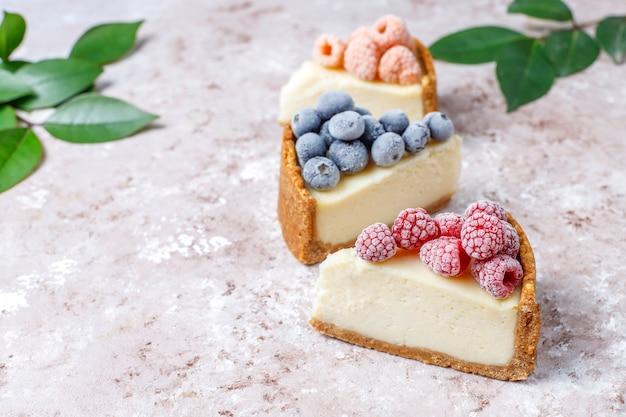 Zelfgemaakte new york cheesecake met bevroren bessen en munt, gezonde biologische dessert, bovenaanzicht