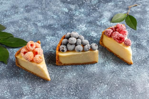 Zelfgemaakte newyork cheesecake met bevroren bessen en munt, gezonde biologische dessert, bovenaanzicht