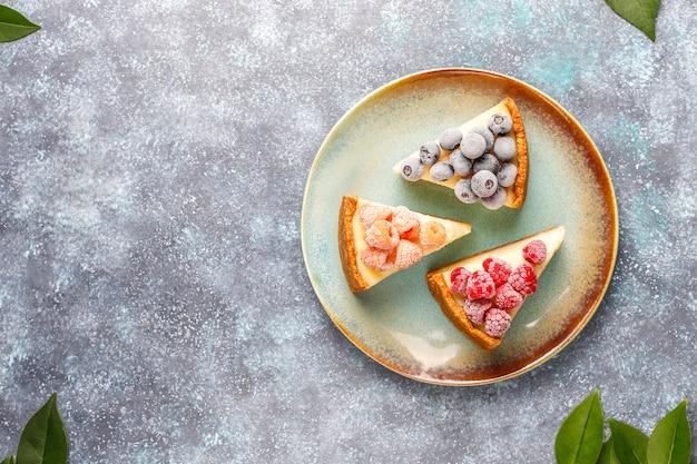Zelfgemaakte newyork cheesecake met bevroren bessen en munt, gezonde biologische dessert