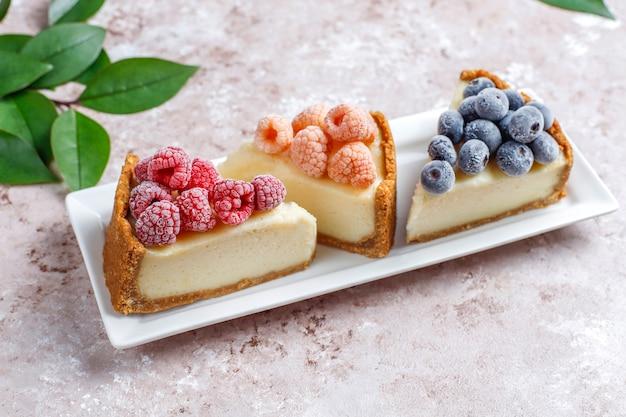 Zelfgemaakte newyork cheesecake met bevroren bessen en munt