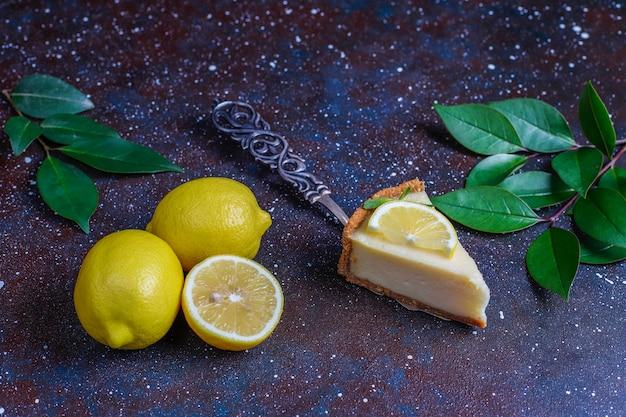Zelfgemaakte newyork cheesecake met citroen en munt, gezonde biologische dessert, bovenaanzicht
