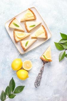 Zelfgemaakte newyork cheesecake met citroen en munt, gezonde biologische dessert