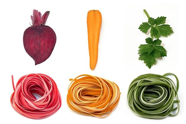 Zelfgemaakte noedels van verschillende kleuren en plantaardige kleurstoffen voor haar op wit