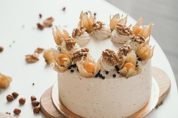 Zelfgemaakte notencake met physalis heerlijke en delicate zelfgemaakte cakecake met walnoten en bessen