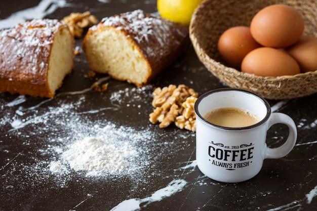 Zelfgemaakte notentaart en ingrediënten met koffie
