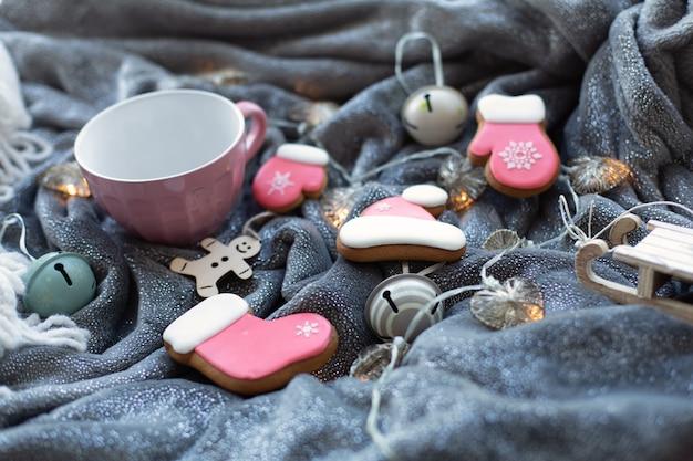 Zelfgemaakte ontbijtkoek kerstkoekjes en kerstversiering