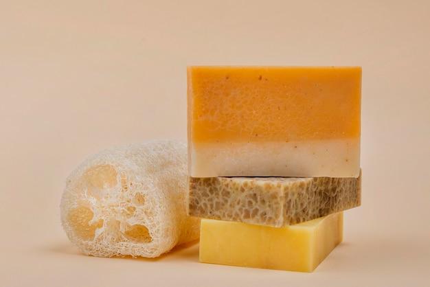 Zelfgemaakte oranje en gele zeepblokken