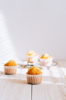 Zelfgemaakte oranje muffins op een metalen standaard