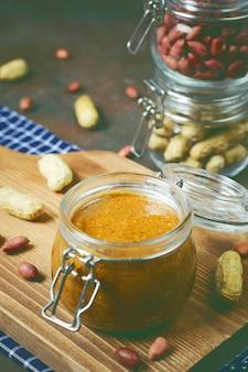 Zelfgemaakte organische romige pindakaas in een pot