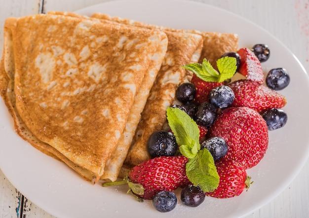 Zelfgemaakte pannenkoeken met bessen en fruit
