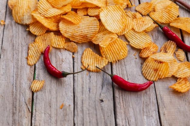 Zelfgemaakte paprika-chips op houten tafel